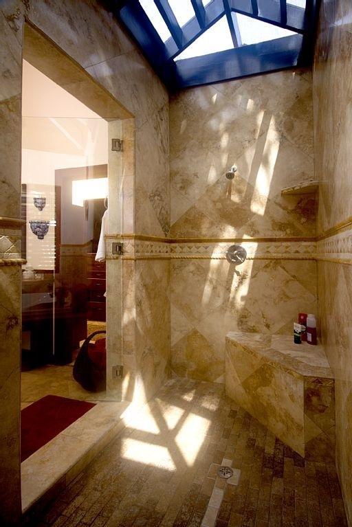 Sin techo de baldosas duchas en baños principales y de invitados