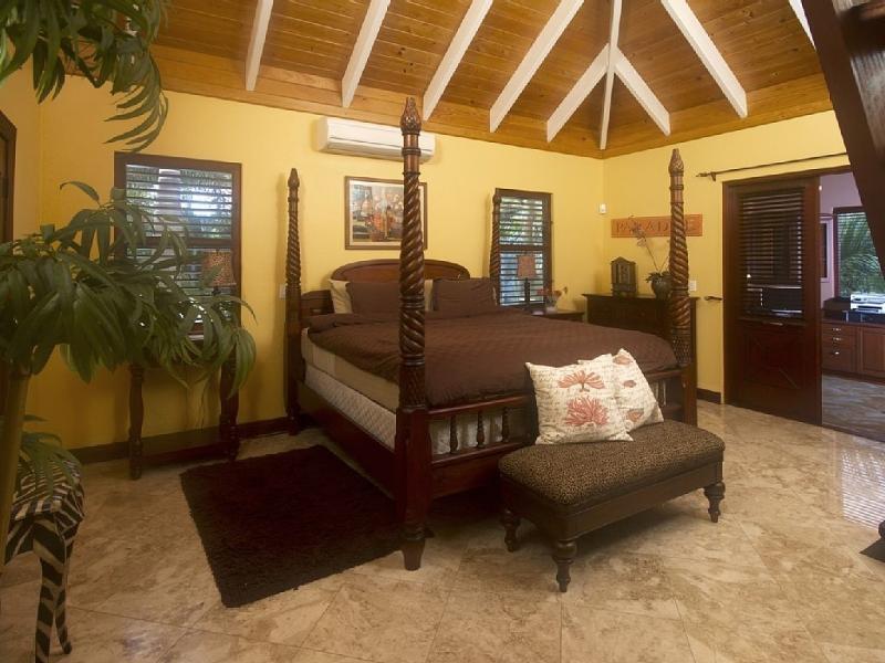 Amplio dormitorio principal con cama King size