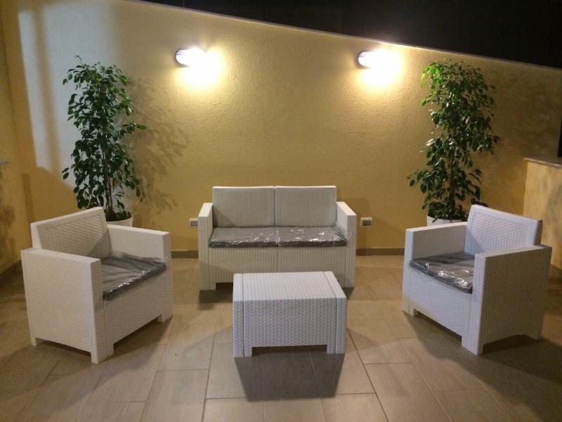 Il terrazzo con divanetti e sdraio dove ci si puo' rilassare e prendere il sole