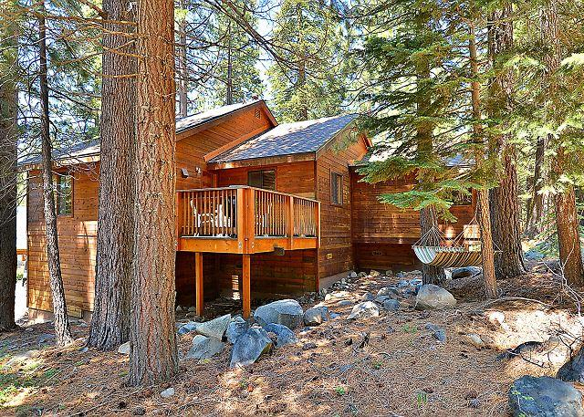 Cozy Lodge-Inspired Retreat - Access Tahoe Donner Rec Center, Golf & Skiing, vacation rental in Truckee