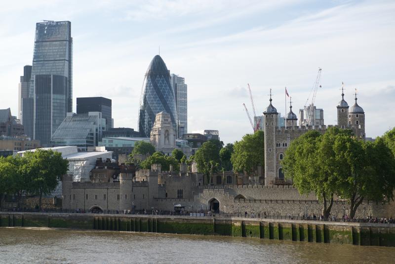 Línea de cielo de ciudad de Londres de la pasarela de Thames cerca del apartamento.