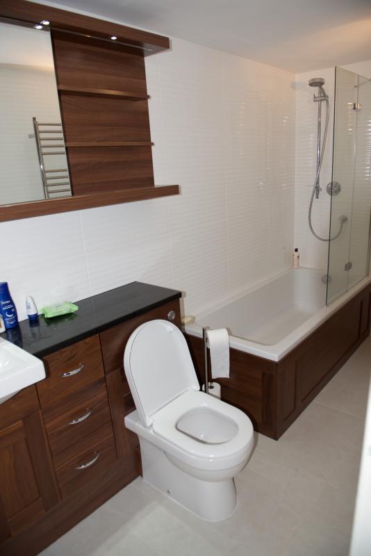 Baño - bañera y ducha, mueble de nogal