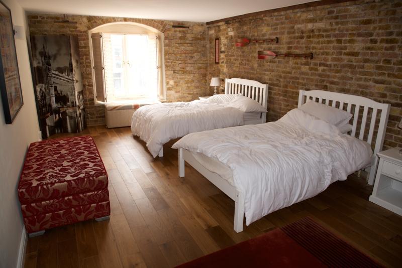 2 x camas pequeñas (130 cm), armario grande, baño privado, ventanas al mar