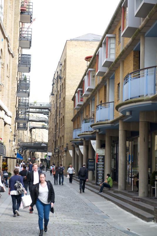 Vista de Shad Thames Street, con cruz puentes en la distancia