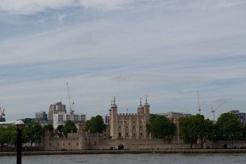La torre de Londres - sólo sobre el río en el puente de la torre. Un día perfecto.