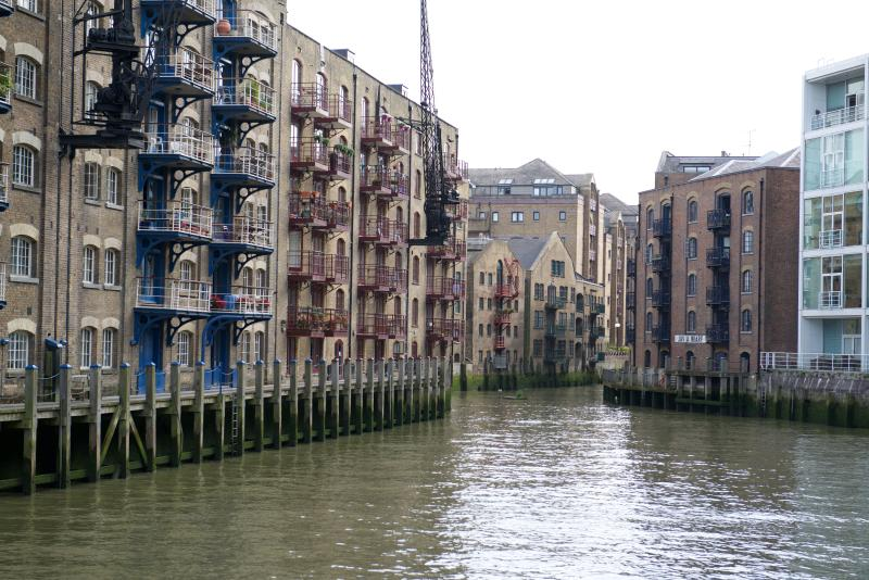 Vista del muelle, con St Saviours wharf (balcones rojos) a la izquierda