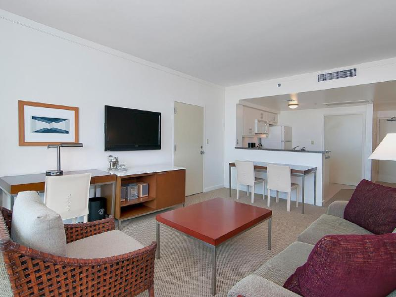 NICE & SPACIOUS 2BD/3BA W/ PRIVATE BALCONY, holiday rental in Coral Gables