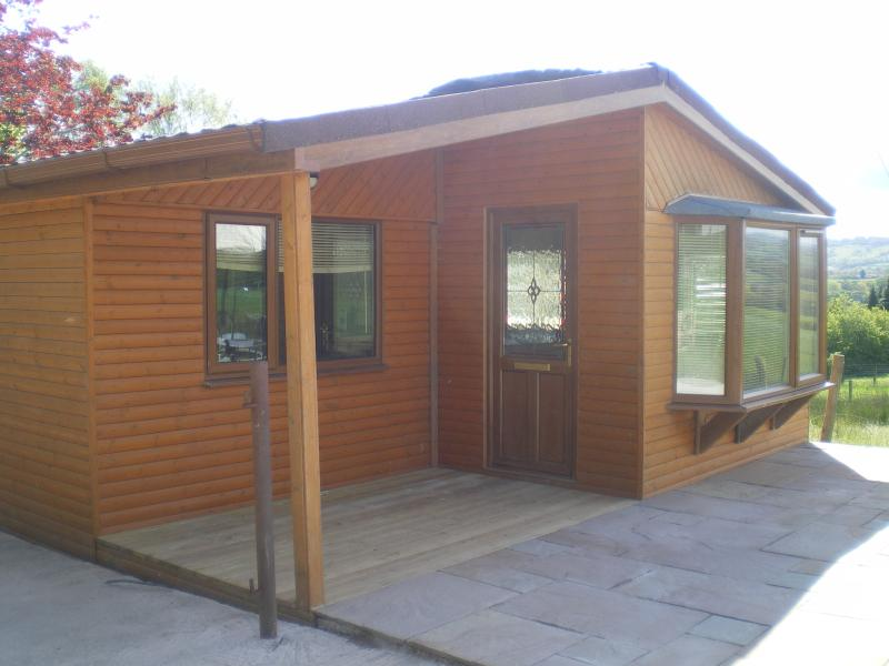 Quakerfield lodge log cabin with private hot tub, holiday rental in Clayton-le-Dale
