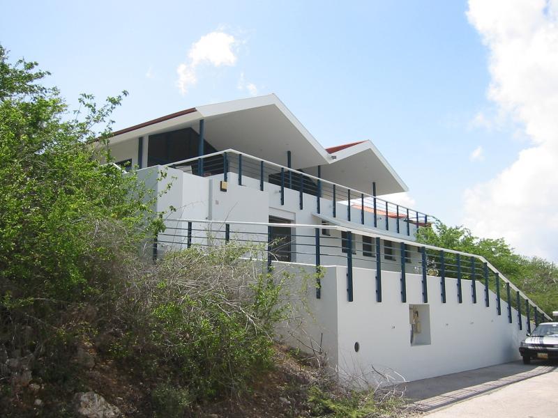 La casa tiene varios pisos.