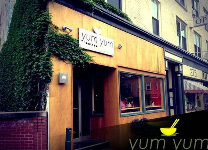 Yum Yum Noodle Bar en face de la rue est délicieux !
