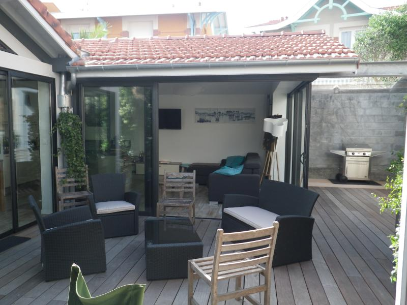 Exhibition opening entirely on the outside. Plancha available