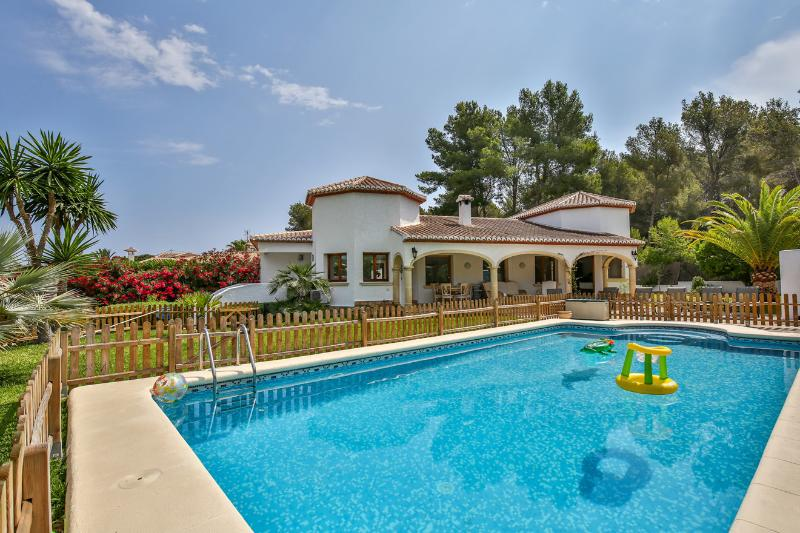 Luxury 4 Bedroom Villa in a Prime Location, Ferienwohnung in Javea