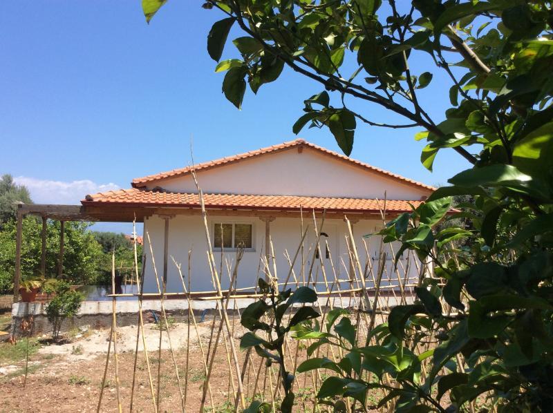 Captivating seaside cottage house, aluguéis de temporada em Rododafni