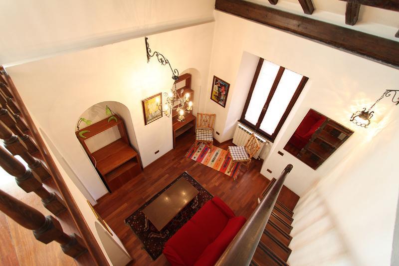Utsikt över vardagsrummet från entresolvåningen