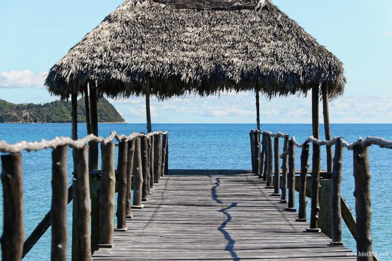 Villa pieds dans l'eau Isidoreo Nosybe, location de vacances à Nosy Be