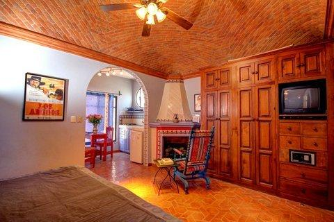 CENTRO Anthony Quinn Studio Fireplace, King bed. Exc month rates 50m Internet, holiday rental in Guanajuato