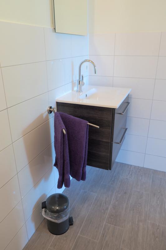 El lavabo con cajonera en el baño