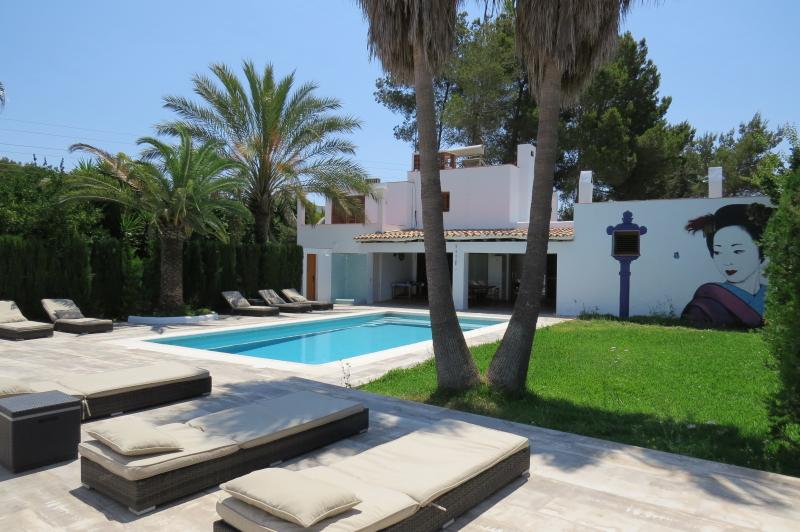 Big terrace with swimming pool. 8 sun beds.