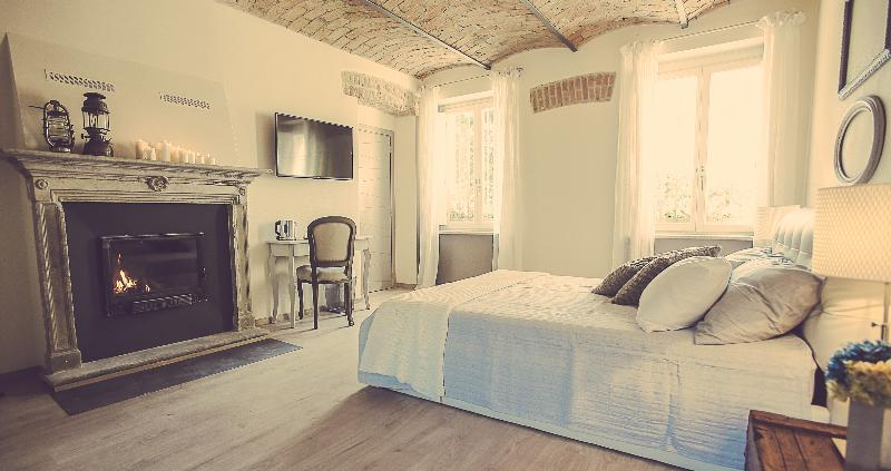 LANGHE COUNTRY HOUSE NEIVE - CAMERA LA QUERCIA, holiday rental in Balbi