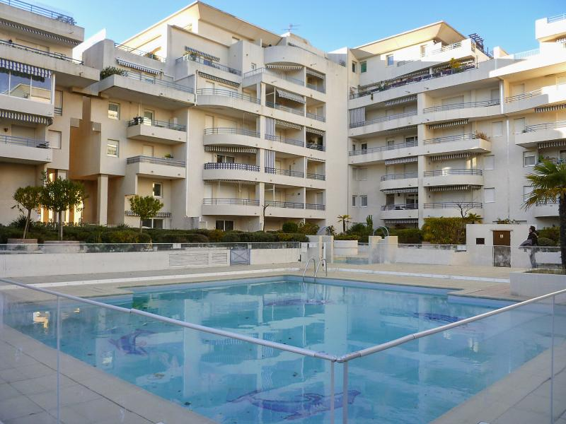 Amazing apt with shared pool, vacation rental in Fréjus