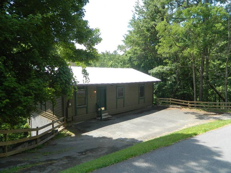 Affordable Gatlinburg Two Bedroom Log Cabin, holiday rental in Sevierville