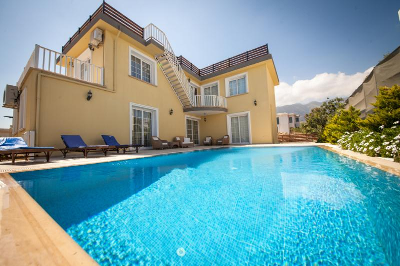 Stunning 4 bedroom luxury villa with private swimm, location de vacances à Edremit (Trimithi)