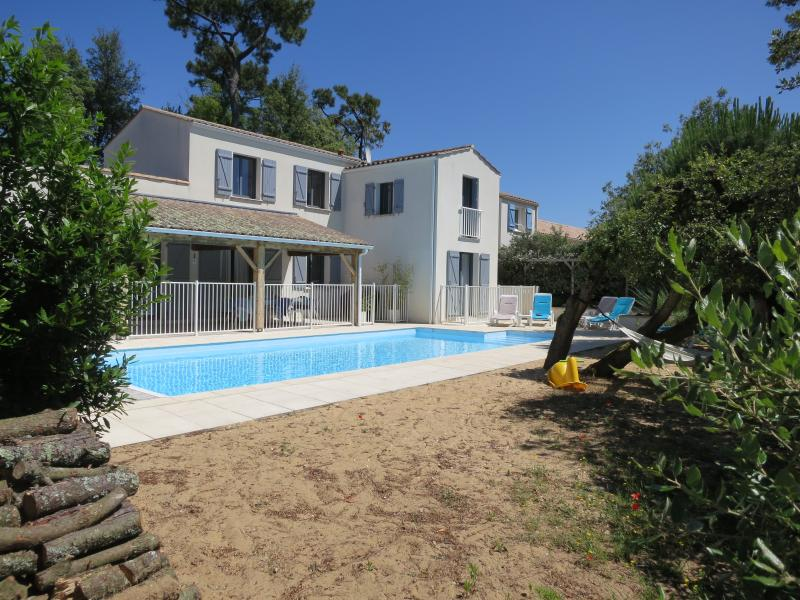 Beach villa with heated pool, la tranche-sur-mer, holiday rental in La Tranche sur Mer