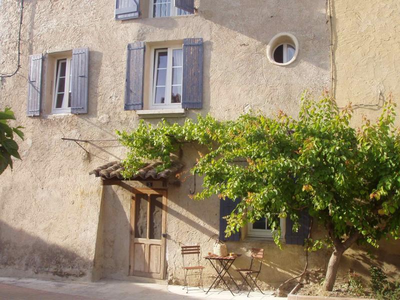 Traditional restored village house, location de vacances à Sablet
