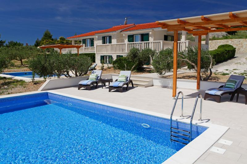 Ideal for group of 10 - four bedrooms - pool - BBQ - OLIVA, vacation rental in Bol