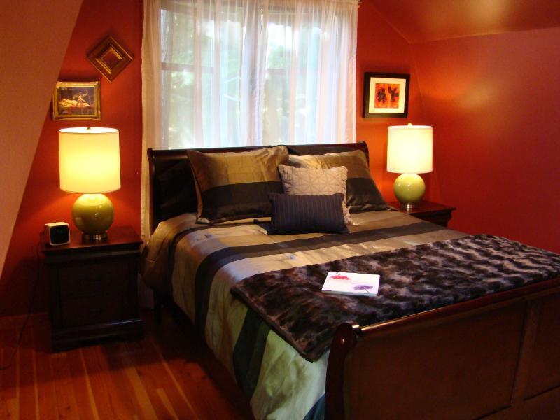 Queen bed in luxurious master bedroom (with en-suite bathroom)