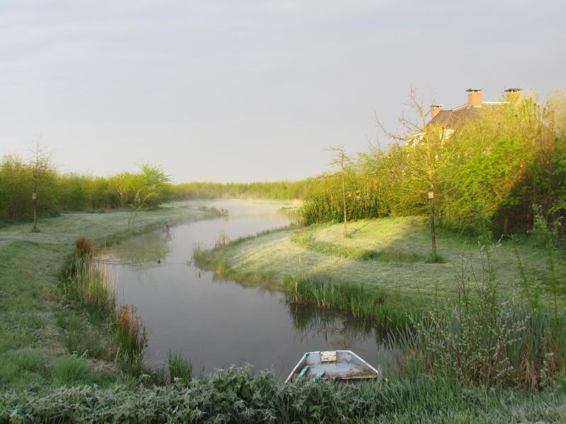 Un cuadro idílico con el bote de remos solía en la isla.