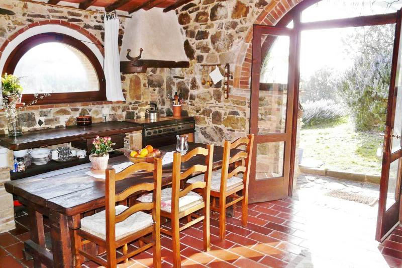 La Tinaia - beautiful 1 bedroom cottage and quiet garden, pool with amazing view, holiday rental in Isole