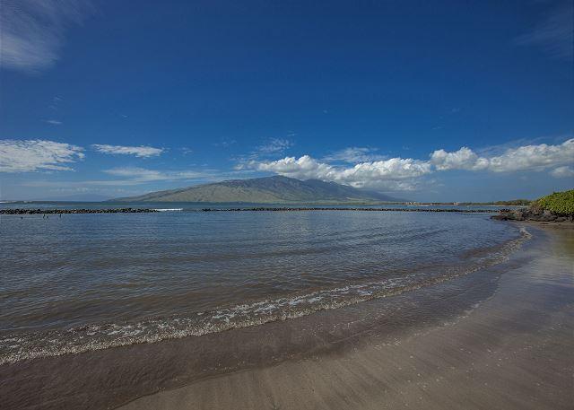 Kihei Bay Surf ligt aan de overkant van het strand van Kalepolepo