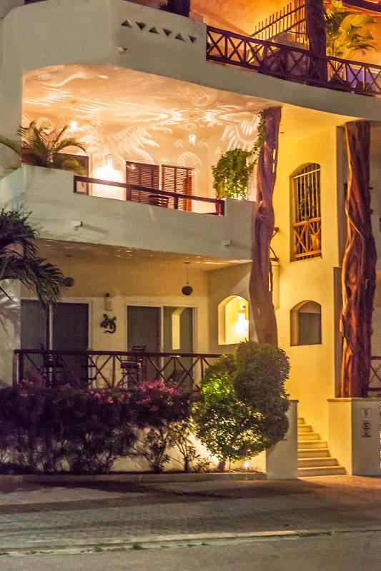 Eigentumswohnung Buena Vida #207 zeigt den zweiten Ebenen Balkon am Abend