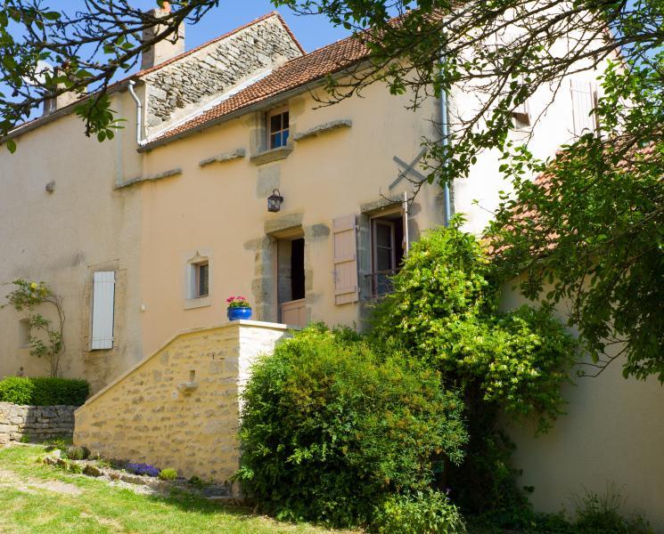 Façade de la Maison du vigneron, l'allée mène à la terrasse et au jardin