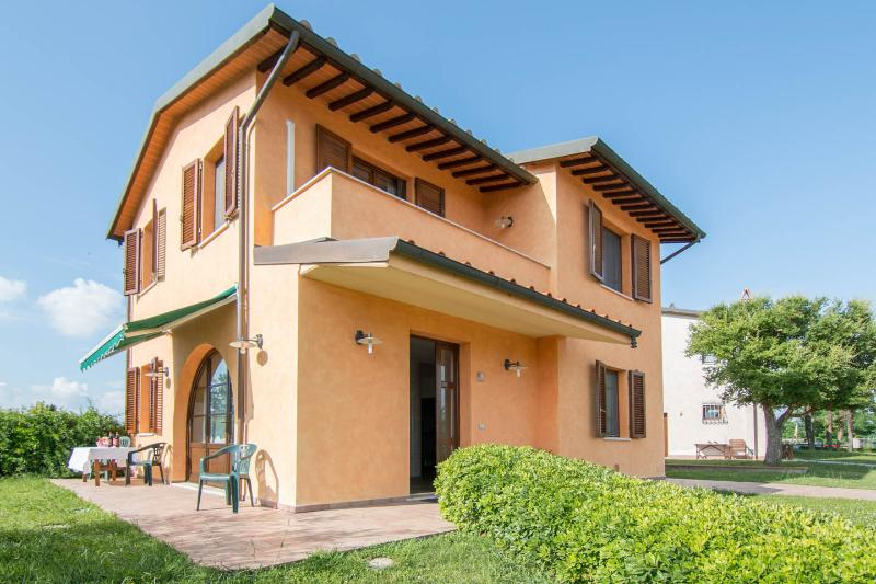 Villa Maura in Tuscany: pool, private garden & BBQ, holiday rental in Fucecchio