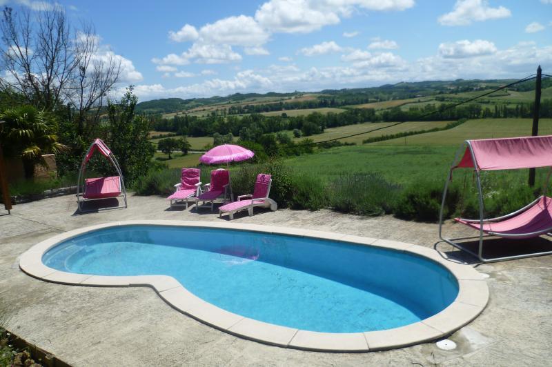 Una piscina con una vista, la piscina diventa solitamente a 29 gradi in estate!