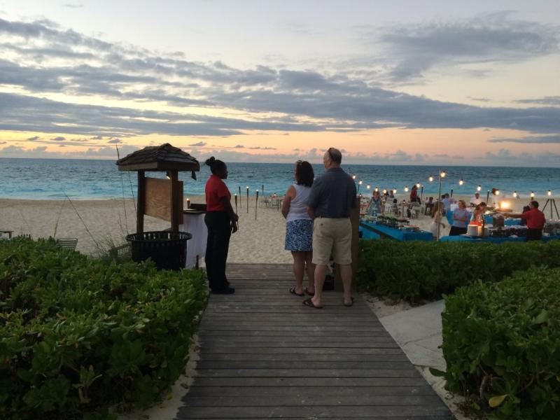 accès à la plage publique court à pied de Provo Villa. Grace Bay Club plage buffet mardis et samedis