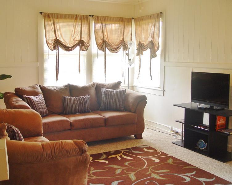 Salon, canapé, sofa, matelas d'air complet, lcd tv, plafond et permanent les fans