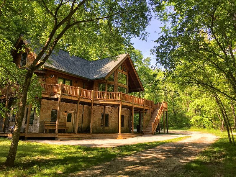 The Grand Arbor Cabin, holiday rental in Butler County