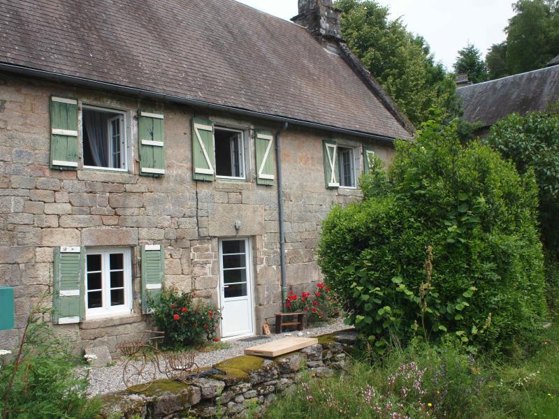 Linda casa de pedra medieval situado na aldeia de Chaumeil nas montanhas de Monediere