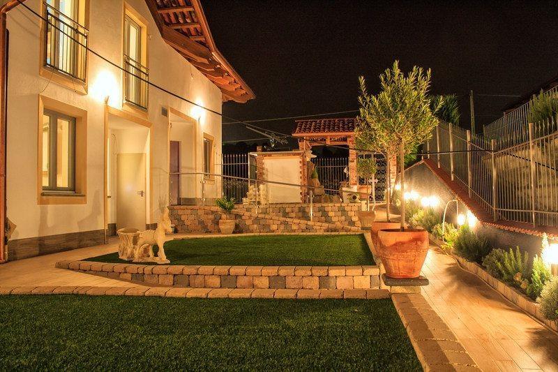 La zona degli ingressi agli appartamenti con il giardino dove potersi rilassare