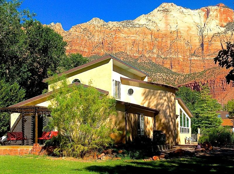 6 BR Villa Downtown in Springdale UT SW of Zion Nat Park, Sleeps 14 free parking, aluguéis de temporada em Springdale