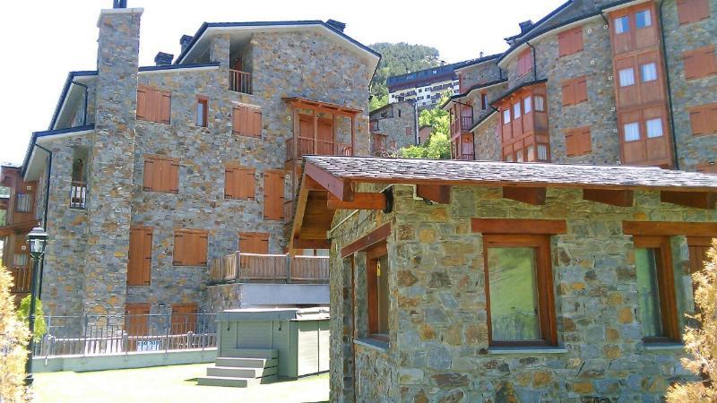 Apto nuevo con WIFI, 1h con cama grande, 2 literas y parking en Pleta de Soldeu, holiday rental in Soldeu