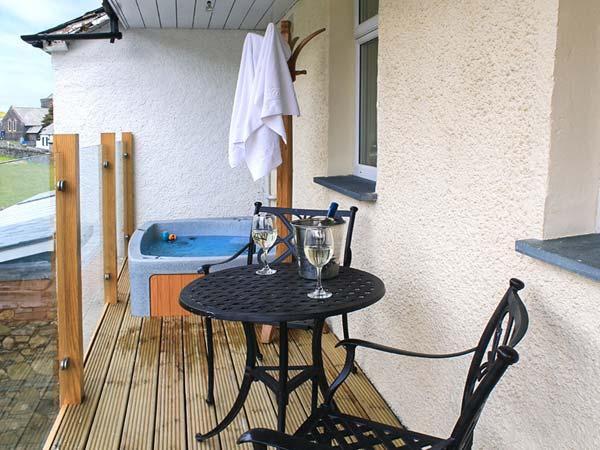 HERDWICK, en-suite, hot tub, woodburner, WiFi, flexible sleeping, Torver, Ref, holiday rental in Coniston