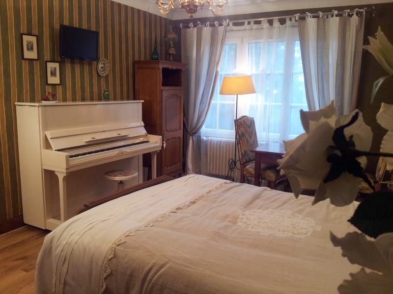 The white piano Eugenie ...