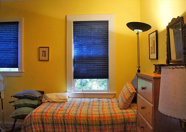 1st floor twin bedroom.