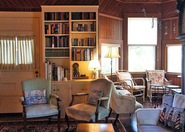 Sitting room & bay window seating.