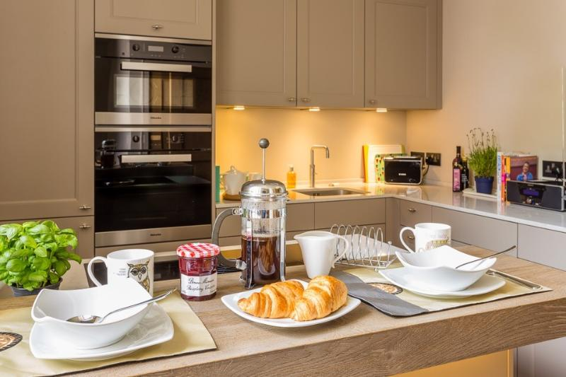 Stunning 2 Bed 2 Bath Apt in Southernhay Exeter 5 star reviews all the way, holiday rental in Exeter