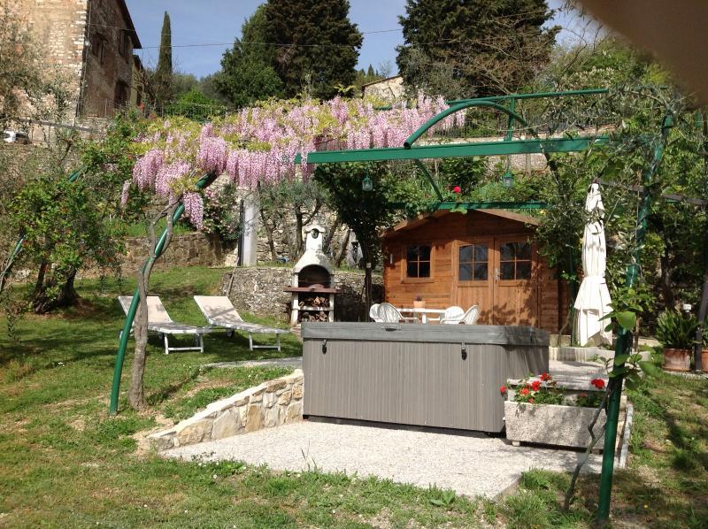 Tipica casa colonica toscana con vista su Firenze ...